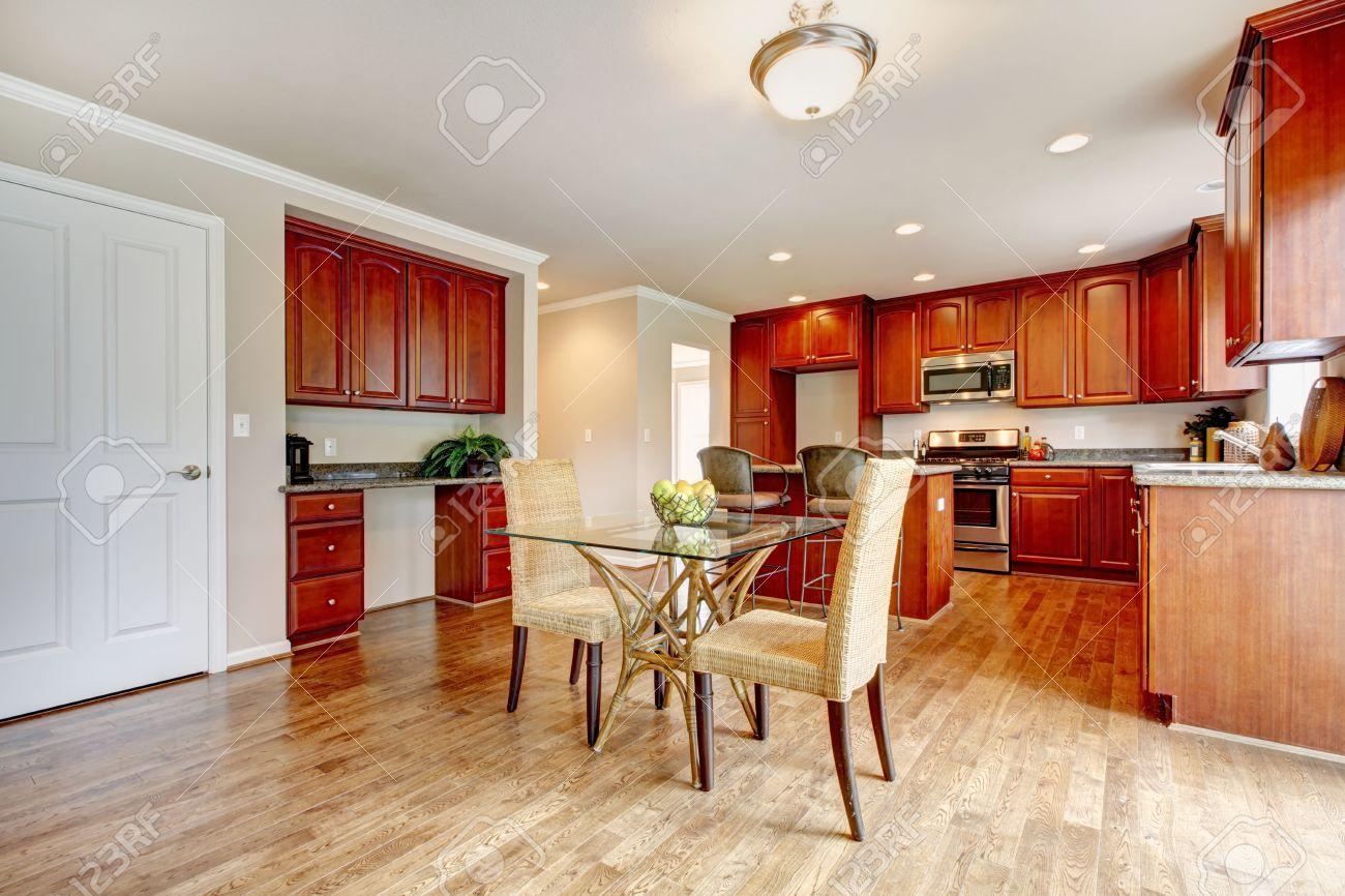 suelo de parquet sala grande cocina con gabinetes de madera de cerezo y tonos claros set