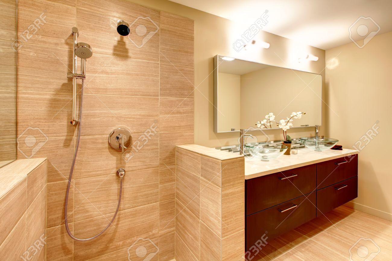 Salle de bain beige élégant avec douche banque d'images et photos ...