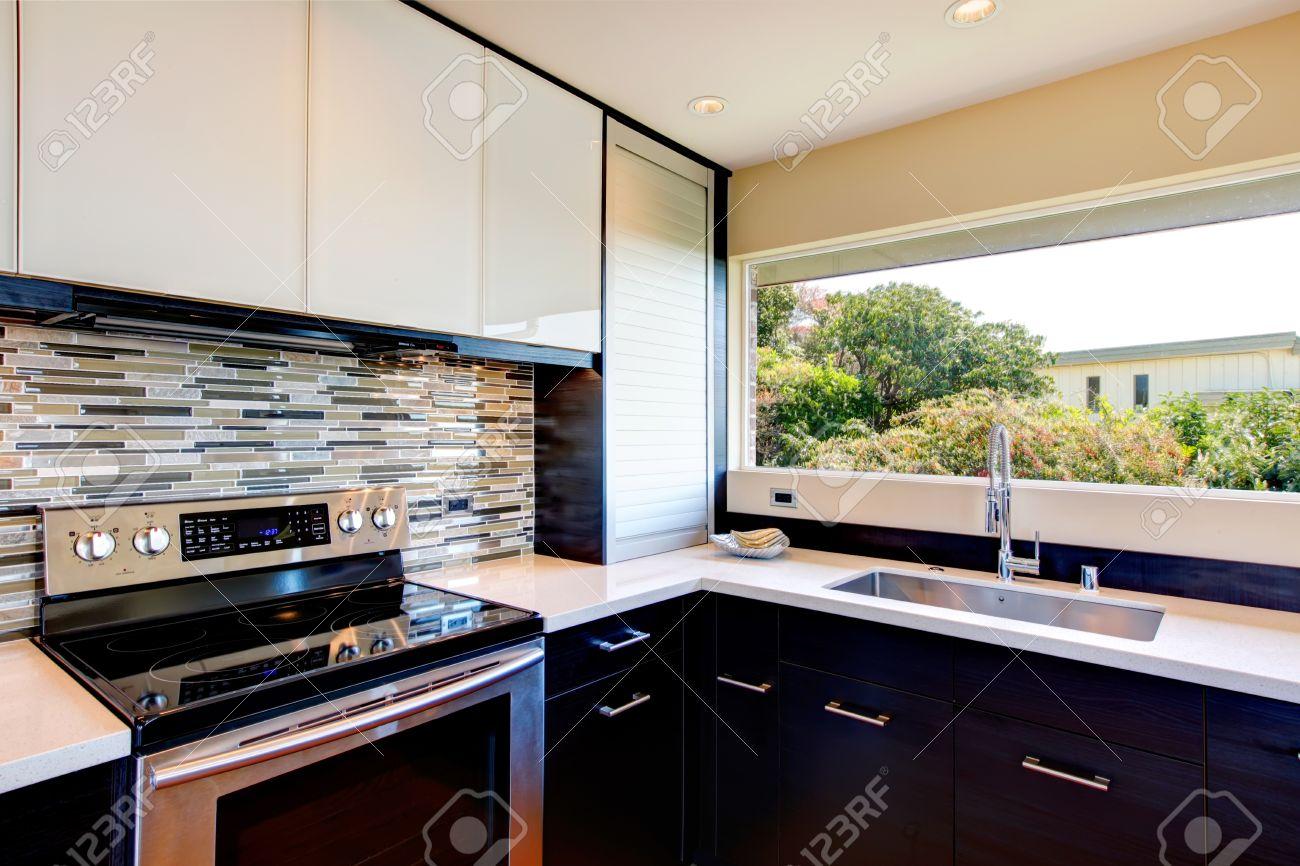 Salle de cuisine moderne en noir et blanc avec multi dosseret de ...