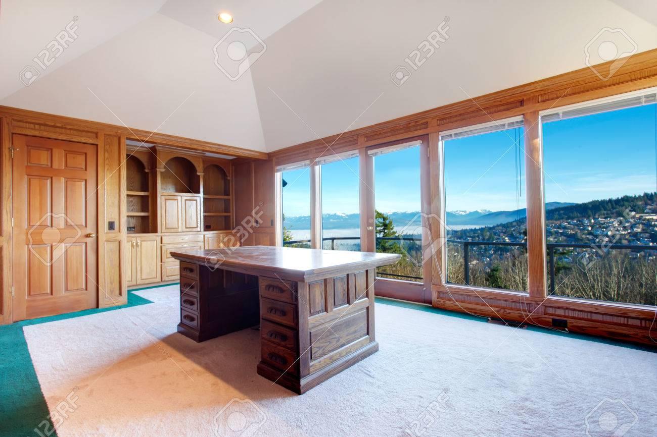 Salle de bureau de luxe avec un mobilier en bois de la moquette