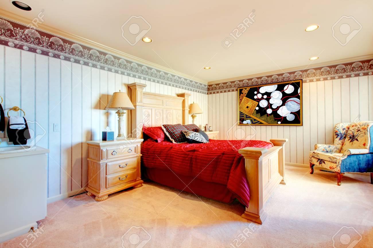 Ivory Schlafzimmer Mit Geschnitzten Doppelbett Und Nachttisch Rot