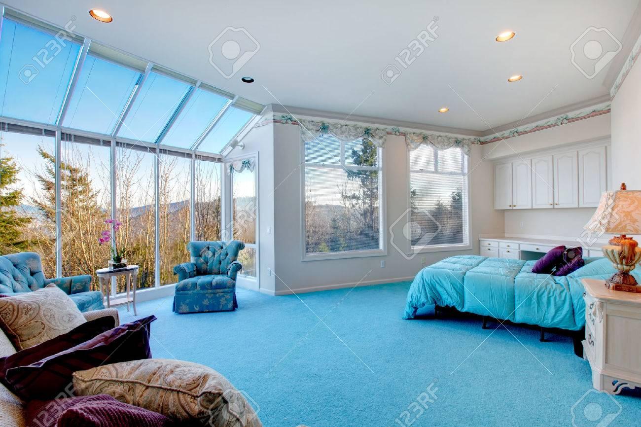 Großer Entwurf Für Schlafzimmer Mit Glaswand. Blauer Teppichboden ...