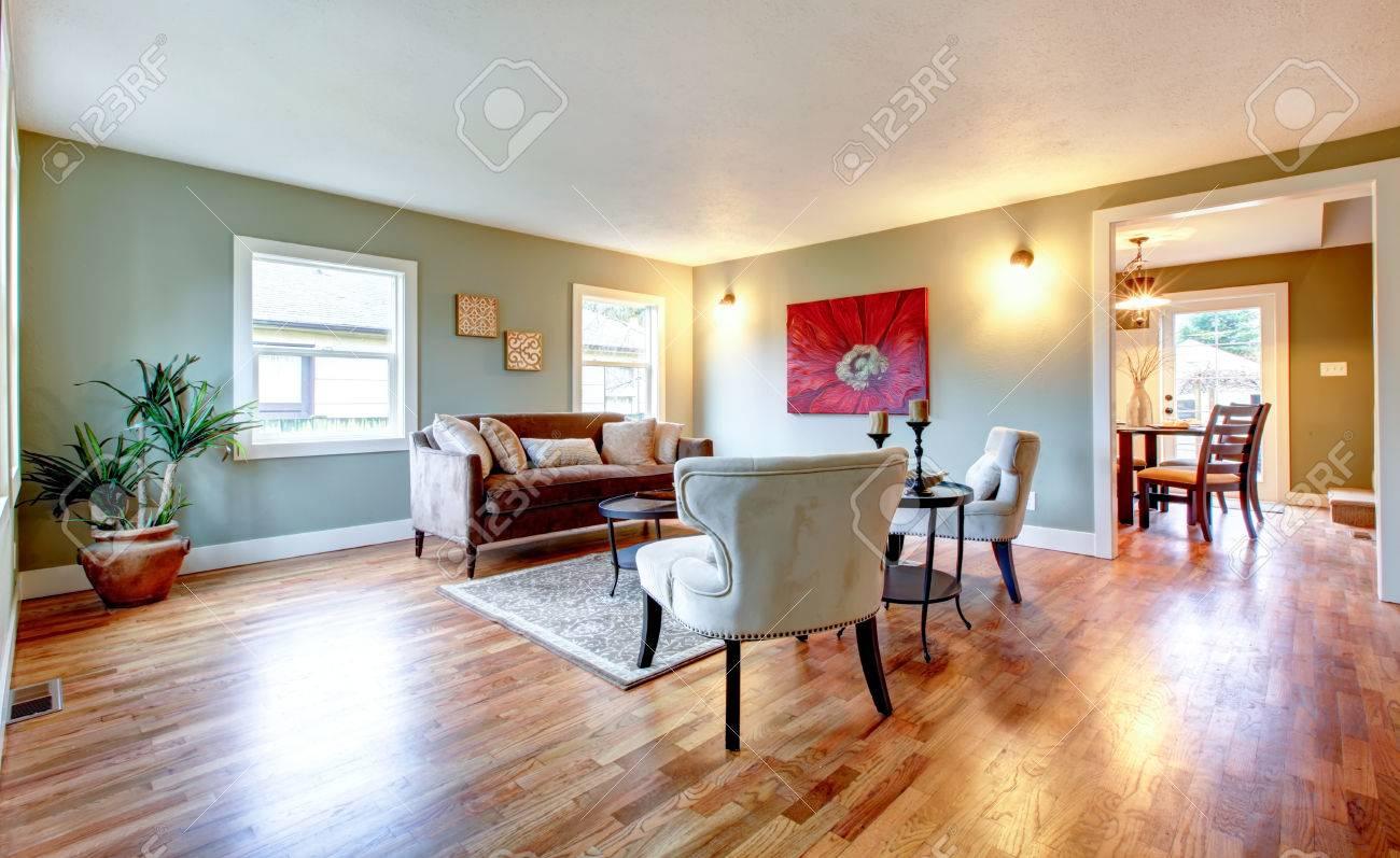 Helle Farbtöne Großes Wohnzimmer Mit Antiken Stil Sofa Und Stühlen ...