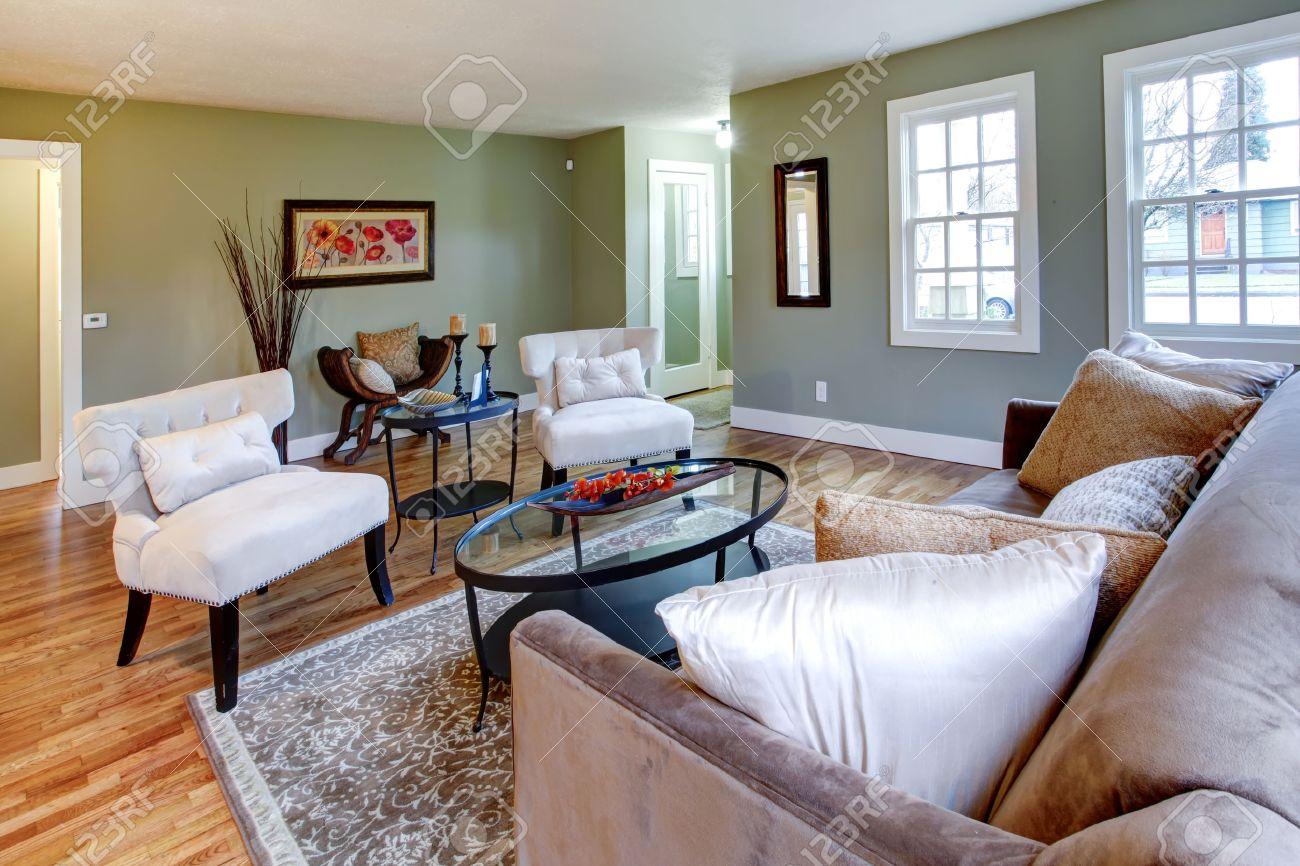 Aqua Wohnzimmer Mit Braunem Teppich, Sofa Und Weißen Klassischen Stühlen.  Antiker Stuhl Mit Kissen