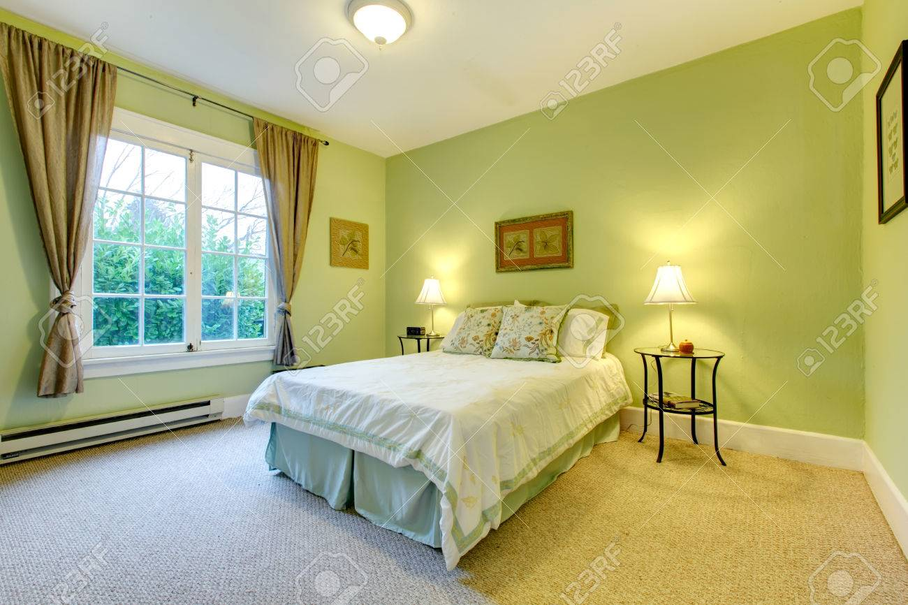Knusse slaapkamer met munt muur en beige vloer. verfrissend wit en ...