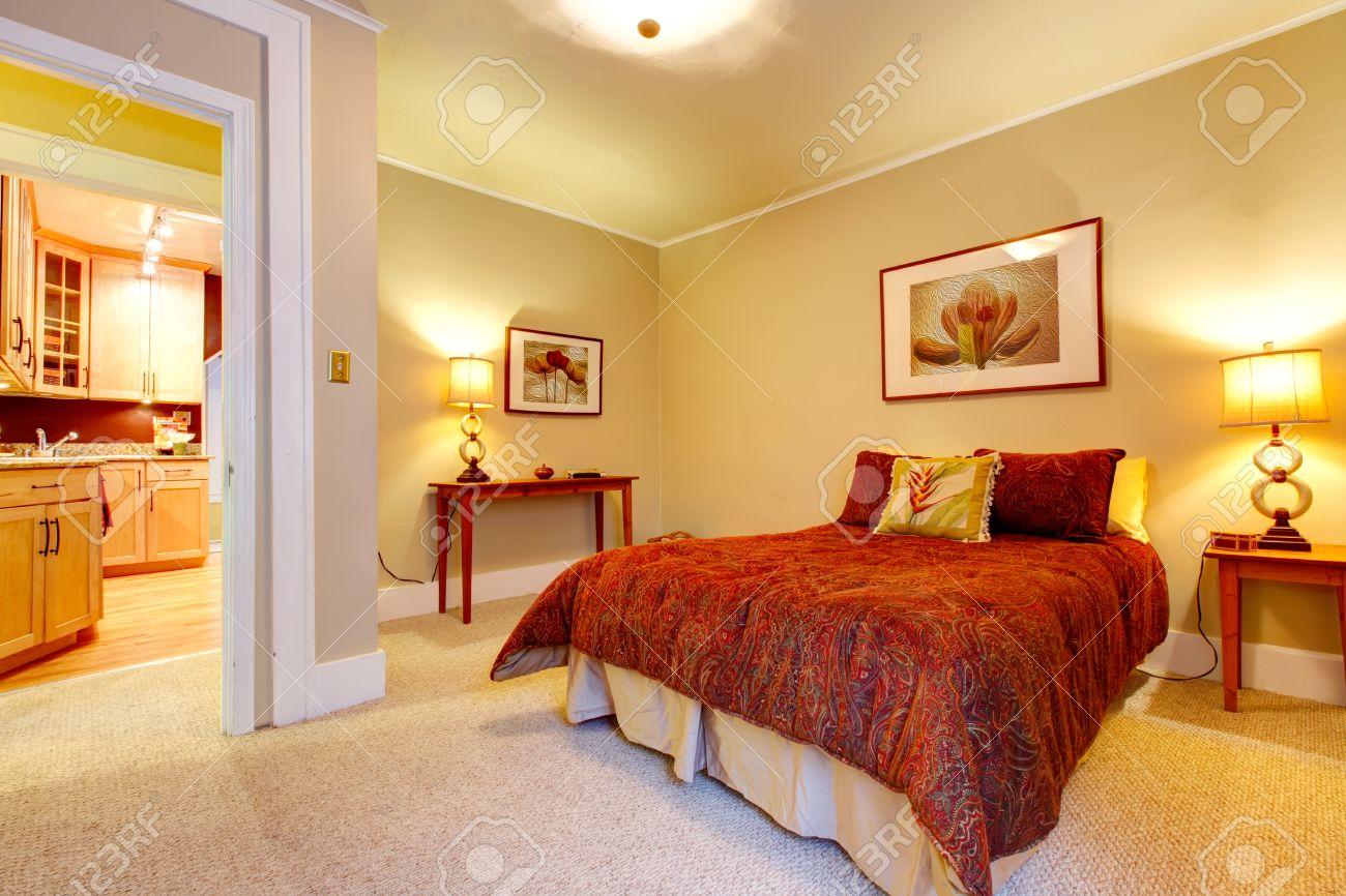 Lichte slaapkamer met beige tapijt vloer en gele muren. rode ...