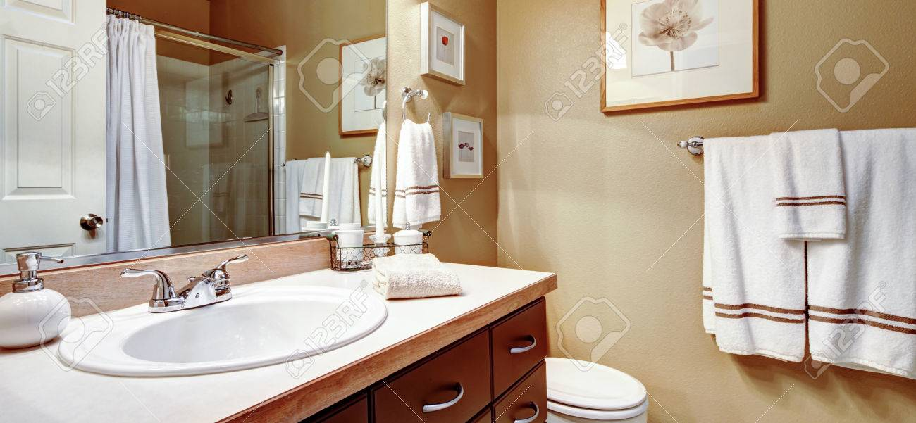 banque dimages couleurs chaudes salle de bains dcore avec towes blanc et limage de mur