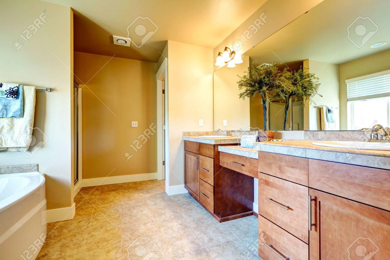Carrelage Salle De Bain Fleuri ~ ivoire salle de bain avec armoires de rangement en bois carrelage