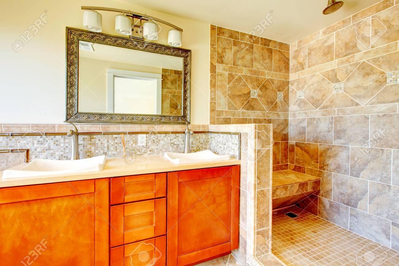 Perfect Helles Badezimmer Mit Fliesenboden Und Wand, Holzschränke, Spiegel. Offene  Dusche Design Standard
