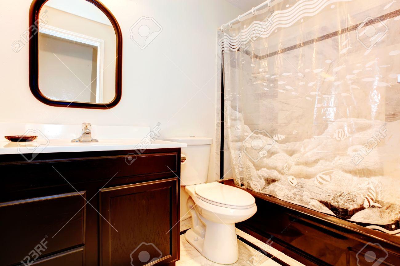 Dunkelbraun Badezimmer Mit Wihite Wand Und Beige Fliesenboden, Dunkelbraun  Wanne Und Sehen Durch Weiße Vorhänge