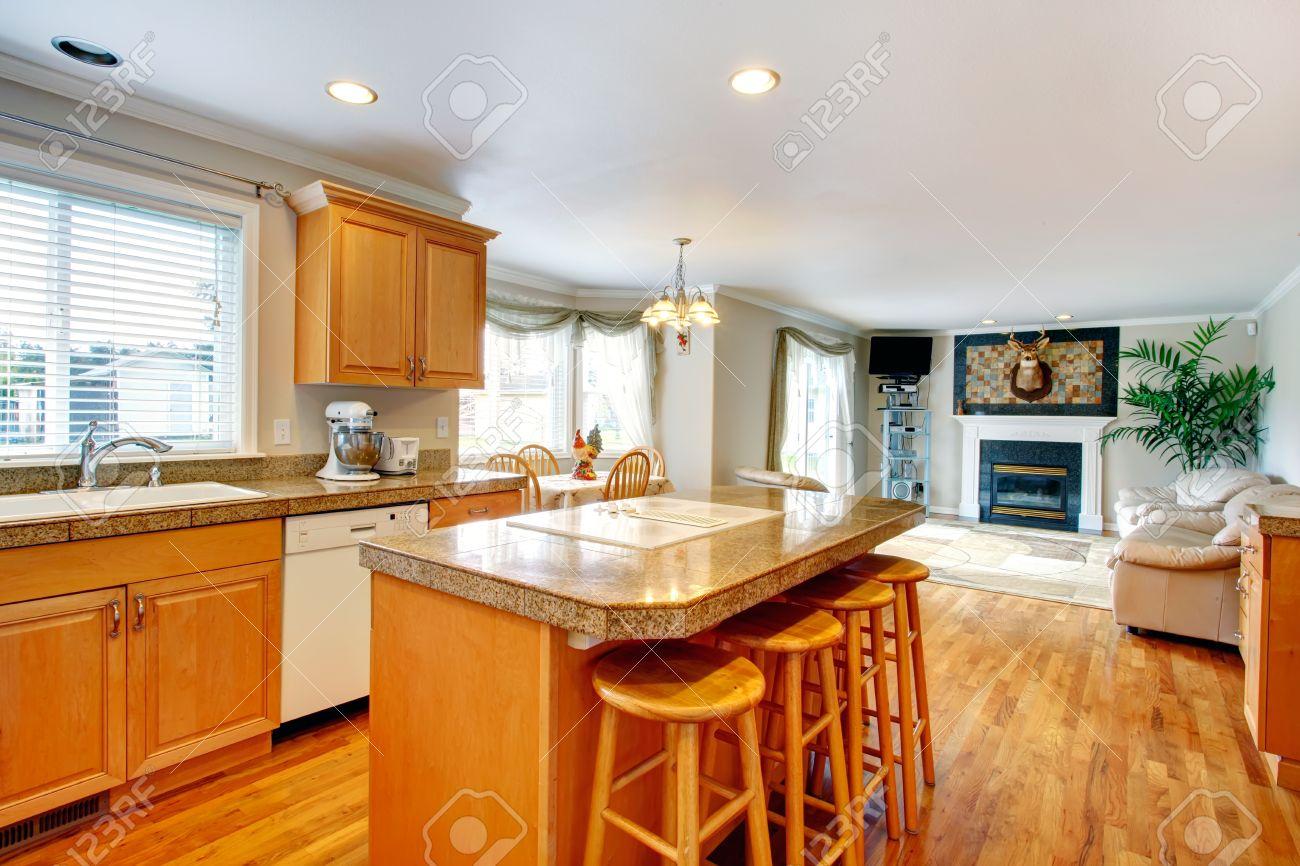 Helle Zimmer Mit Küche Zähler Stuhl Und Kleinen Essbereich Erweitert  Gemütliches Wohnzimmer Mit Kamin Und Ledercouch