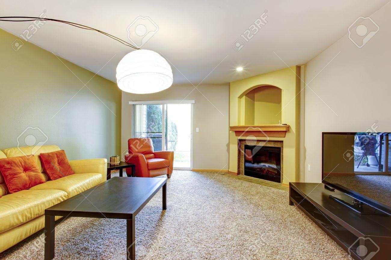 Helles Wohnzimmer Mit Gelben Und Orangefarbenen Couch Sessel Dunkelbraunem Holz Couchtisch Teppichboden