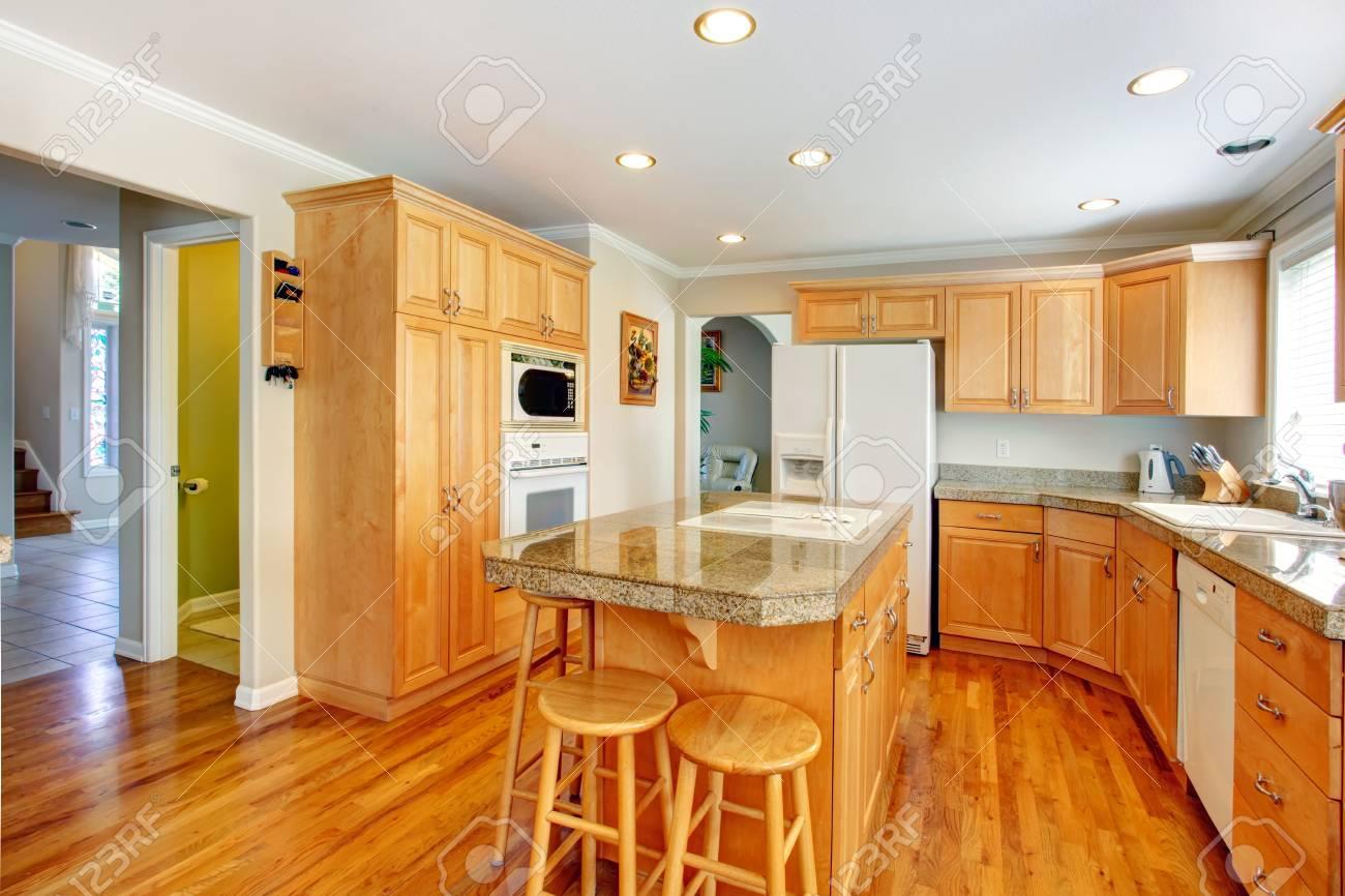 Hellbraun Küche Zimmer Mit Weißen Geräte, Zähler Und Barhocker  Standard Bild   25812746
