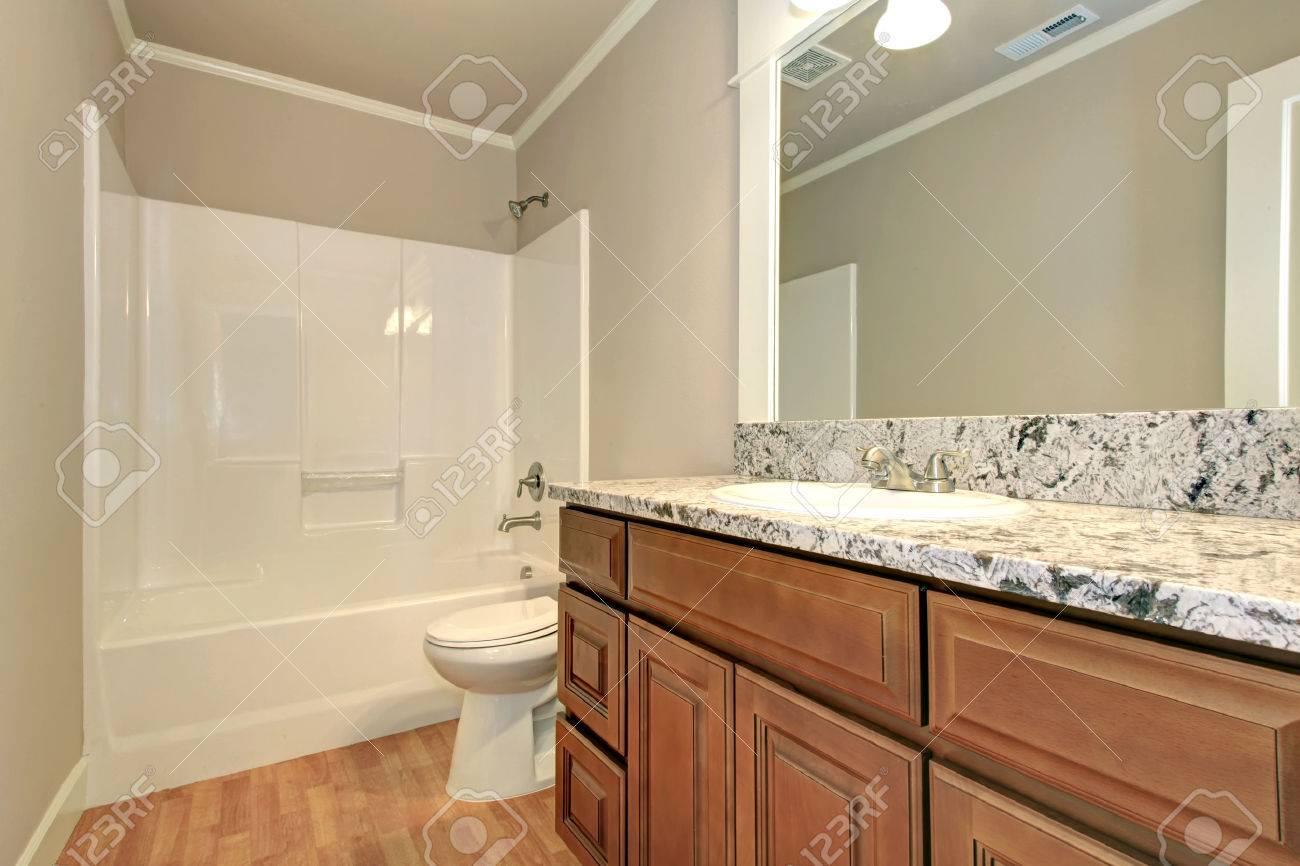 Sanfte Farben Badezimmer Mit Holzboden Und Holzgehäuse. Weiße Wanne ...