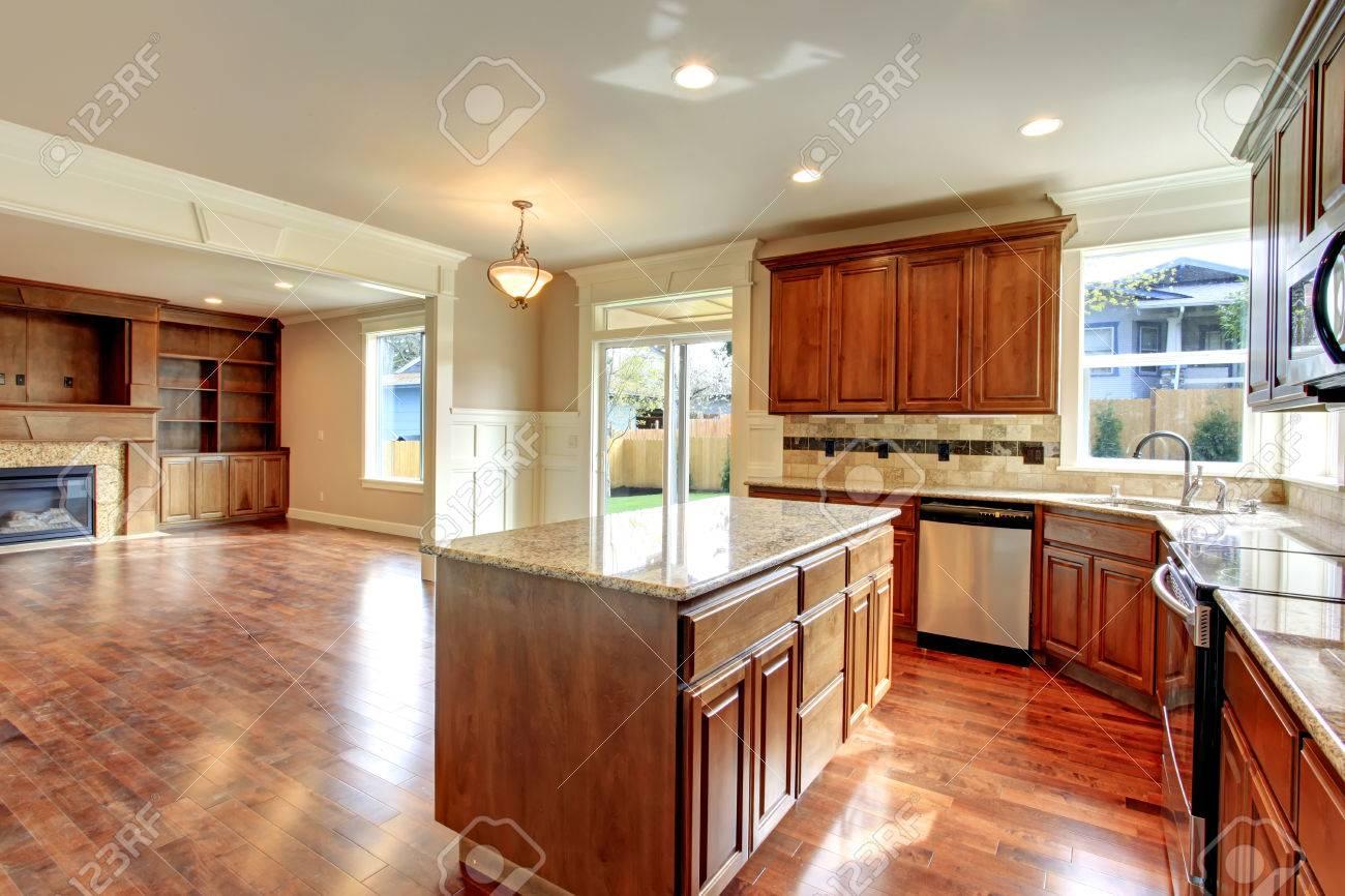 Bella cucina con combinazione di stoccaggio in legno e piastrelle