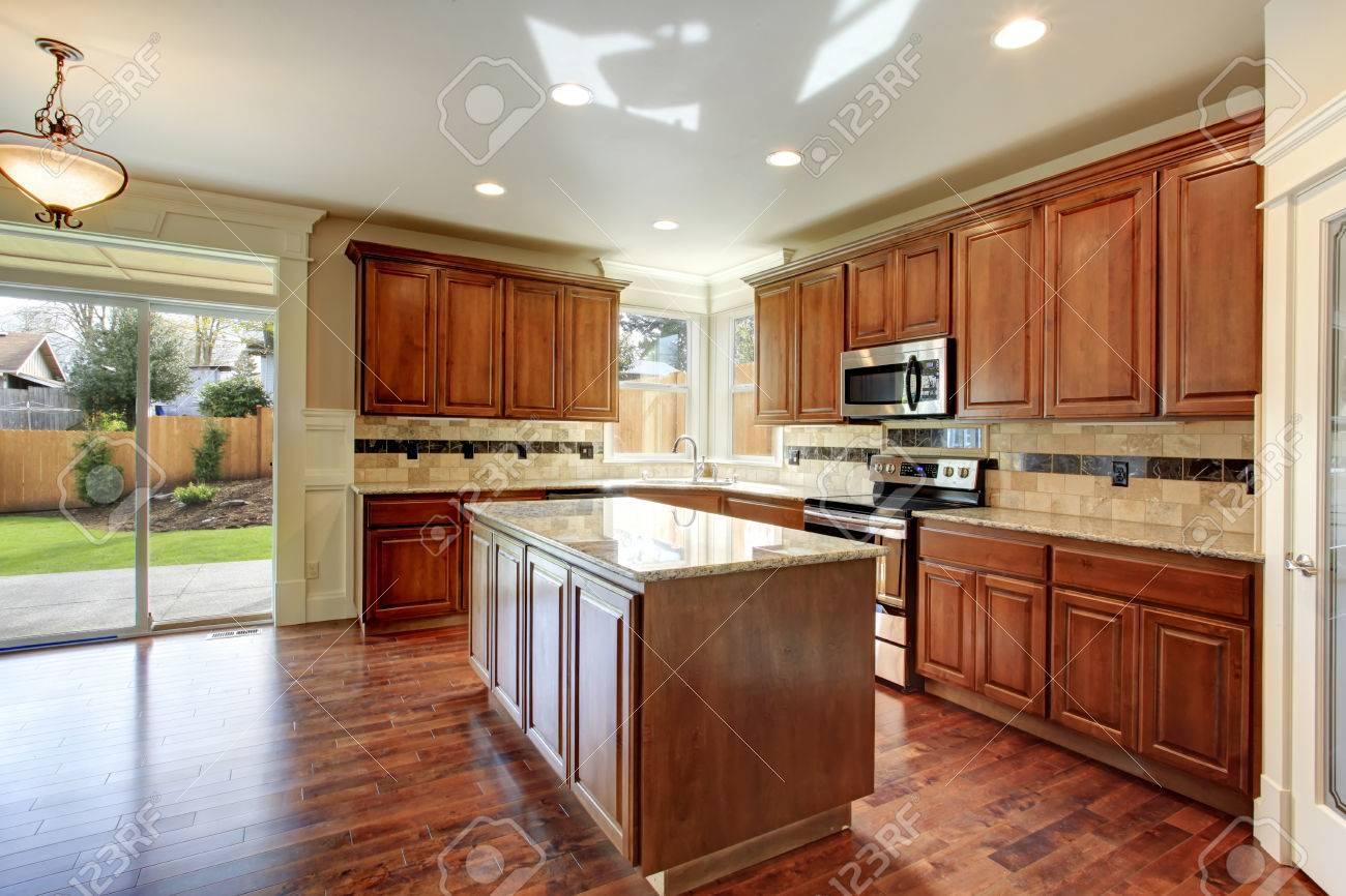 Bella cucina con combinazione legnaia e piastrelle decorate alzatina.  Cucina è dotata di una piattaforma sciopero