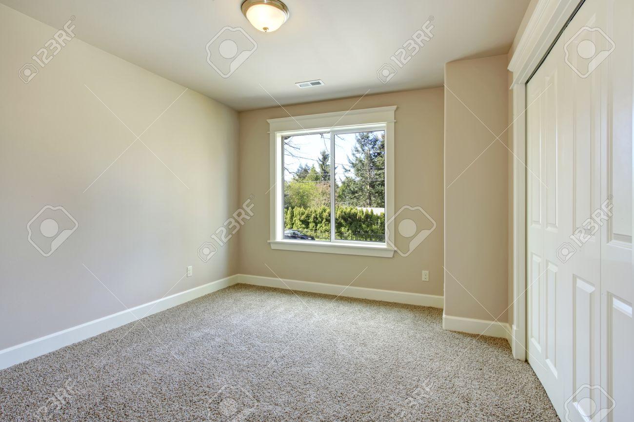 Helle Leeren Raum Mit Einem Fenster Beige Teppichboden Elfenbein