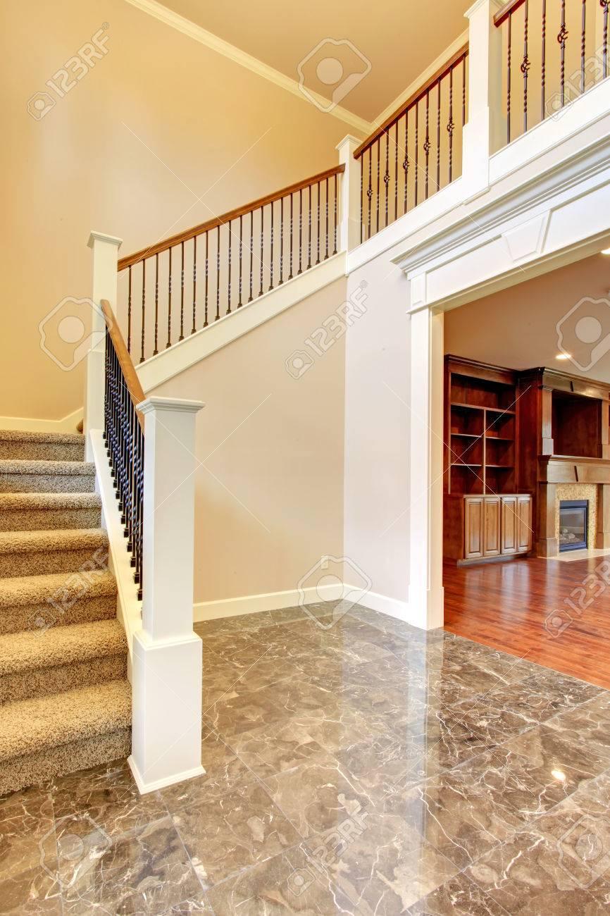 Couloir Lumineux Avec Sol En Beton Et Les Escaliers De Tapis