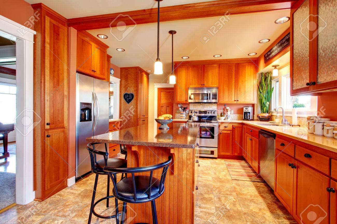 Gran Cocina Con Ventana Y Piso De Concreto De Color Beige