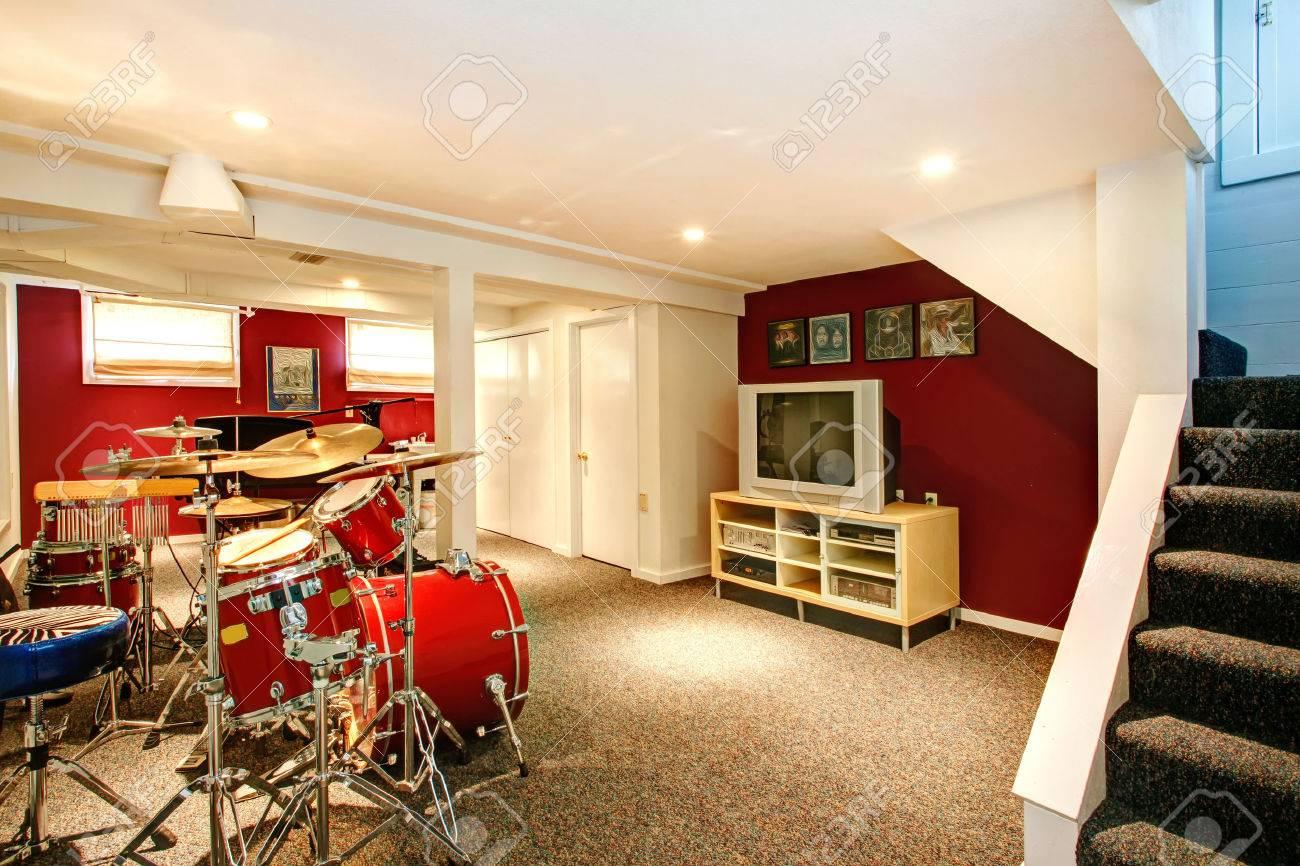 Pareti Bordeaux E Beige : White basement room with red and burgundy walls carpet floor
