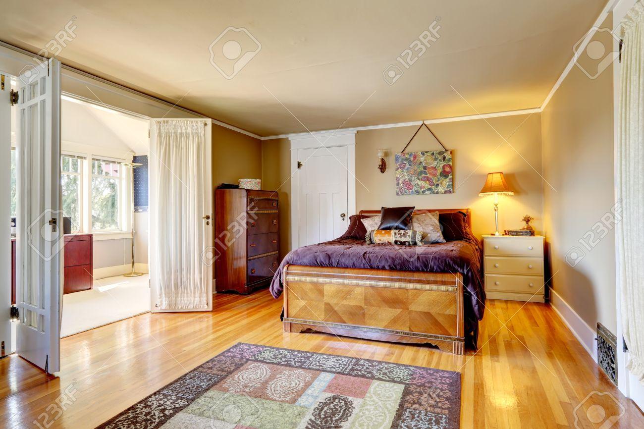 schlafzimmer mit parkett teppich. mit antiken kommode schrank und, Haus Raumgestaltung
