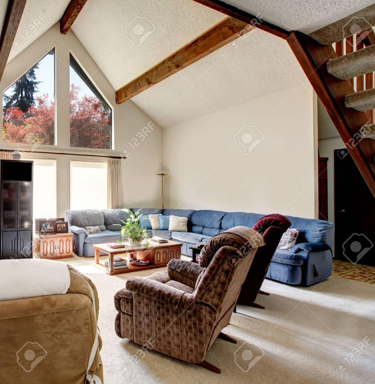 Heldere grote woonkamer met gewelfd plafond en balken ...