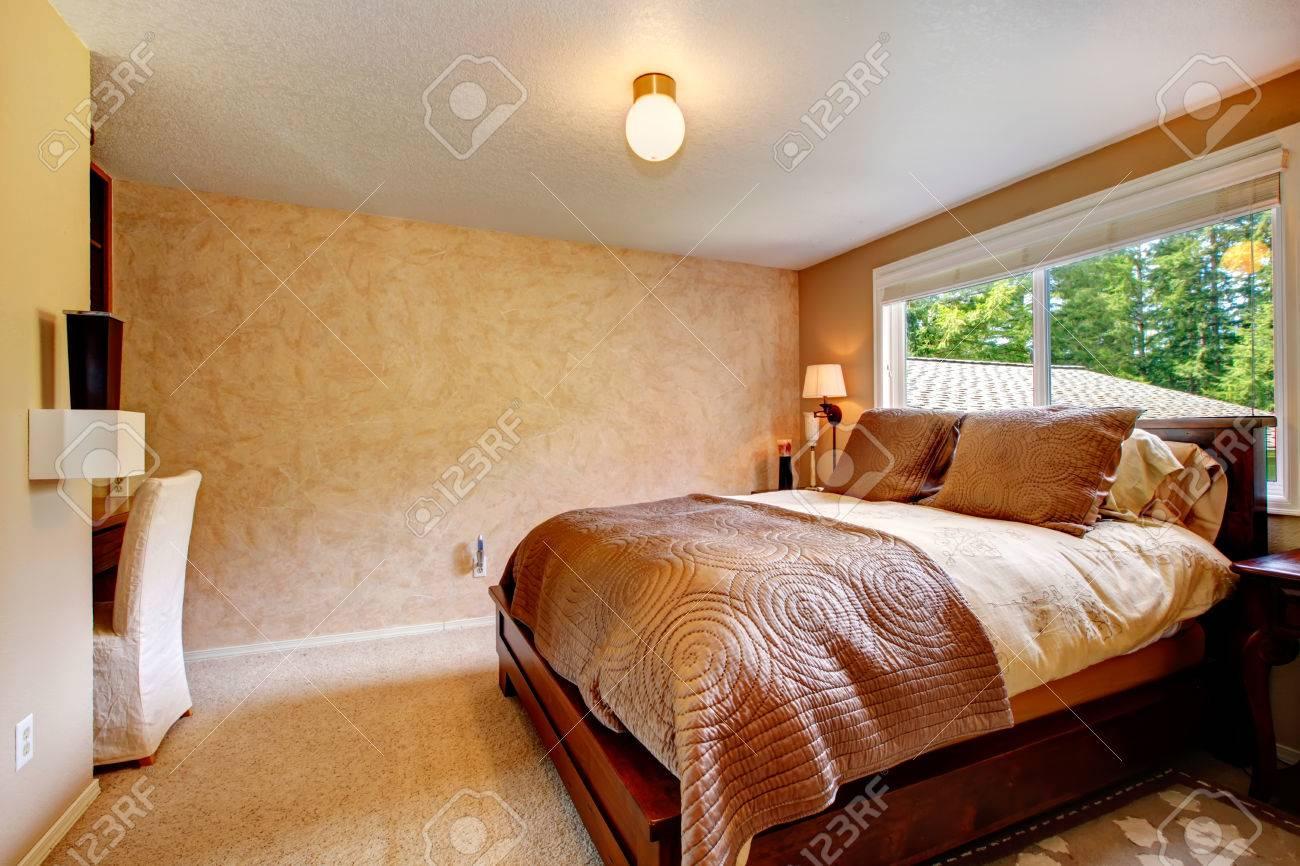 Chambre beige avec moquette douce. meublé avec lit queen bois lit