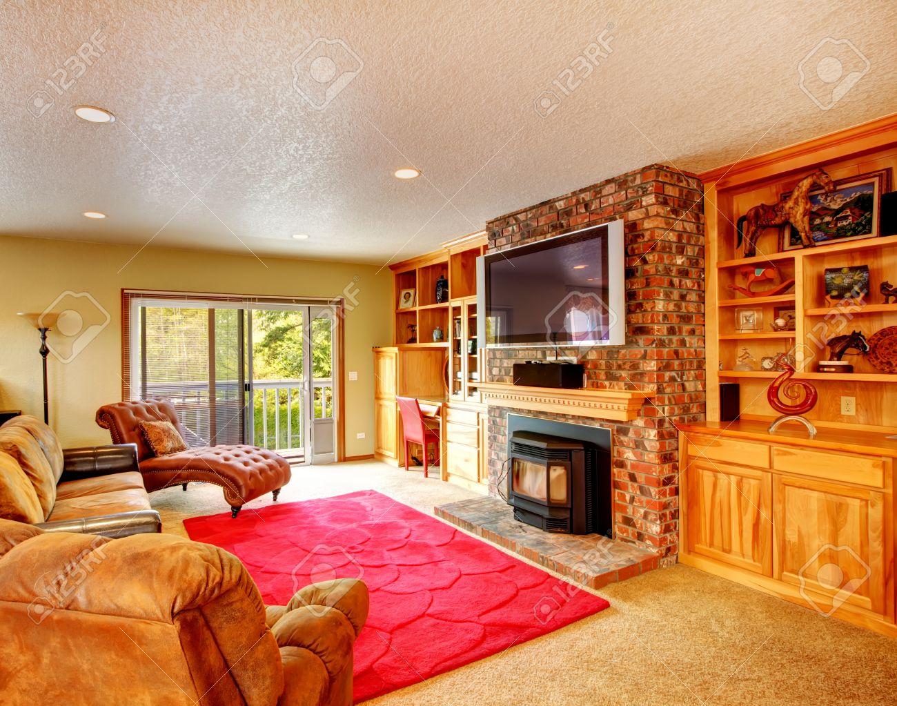 Comfortabele woonkamer met opslag combinatie en bakstenen muur ...