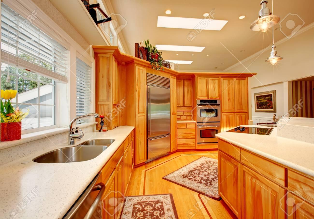 Helle Küche Raum Mit Hellbraun Aufbewahrungskombination Und Weißen  Abdeckungen, Stahlgeräte, Parkett Und Teppichböden Standard