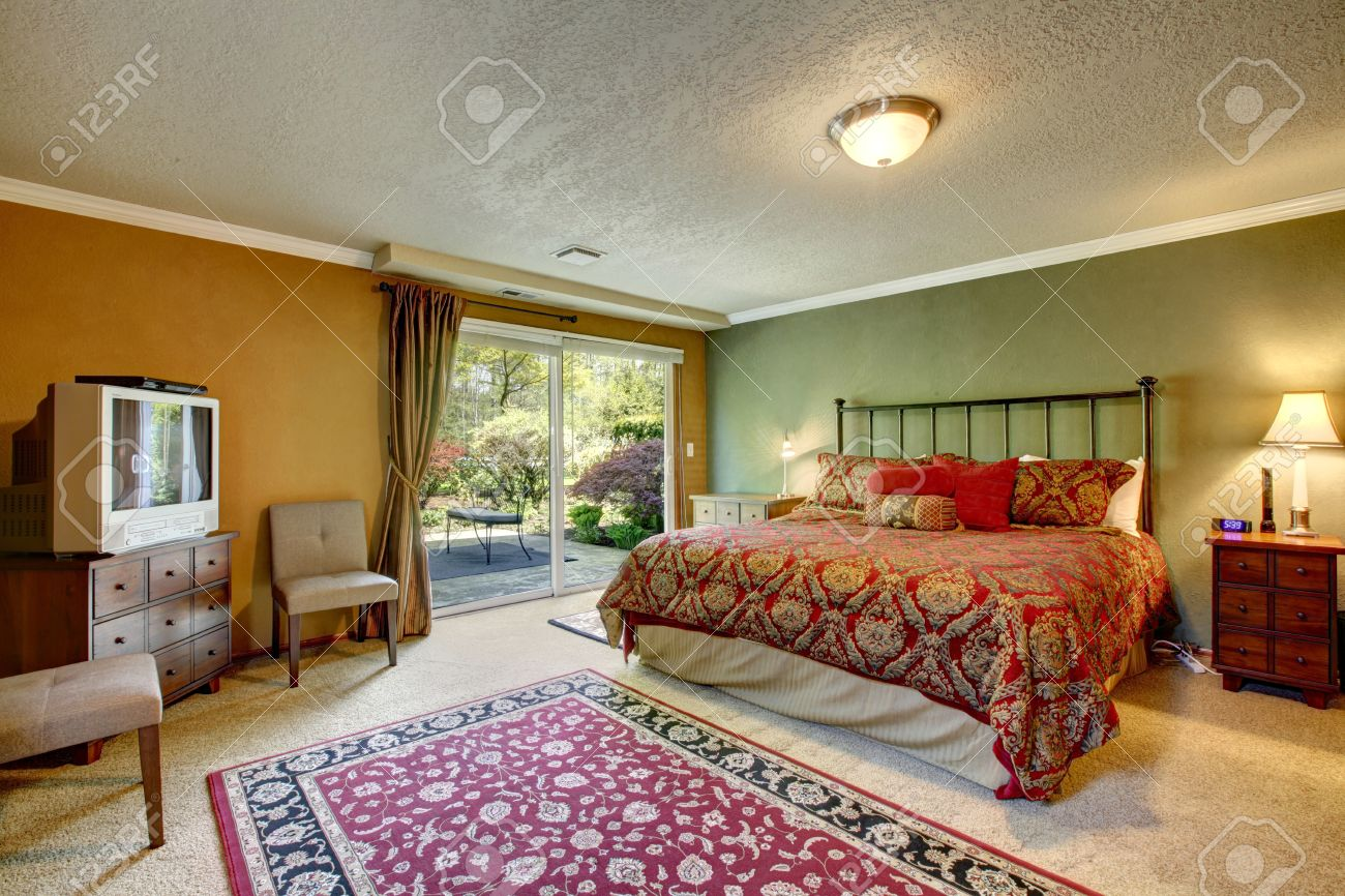 Contrasterende kleur slaapkamer met een staking dek. kamer ...