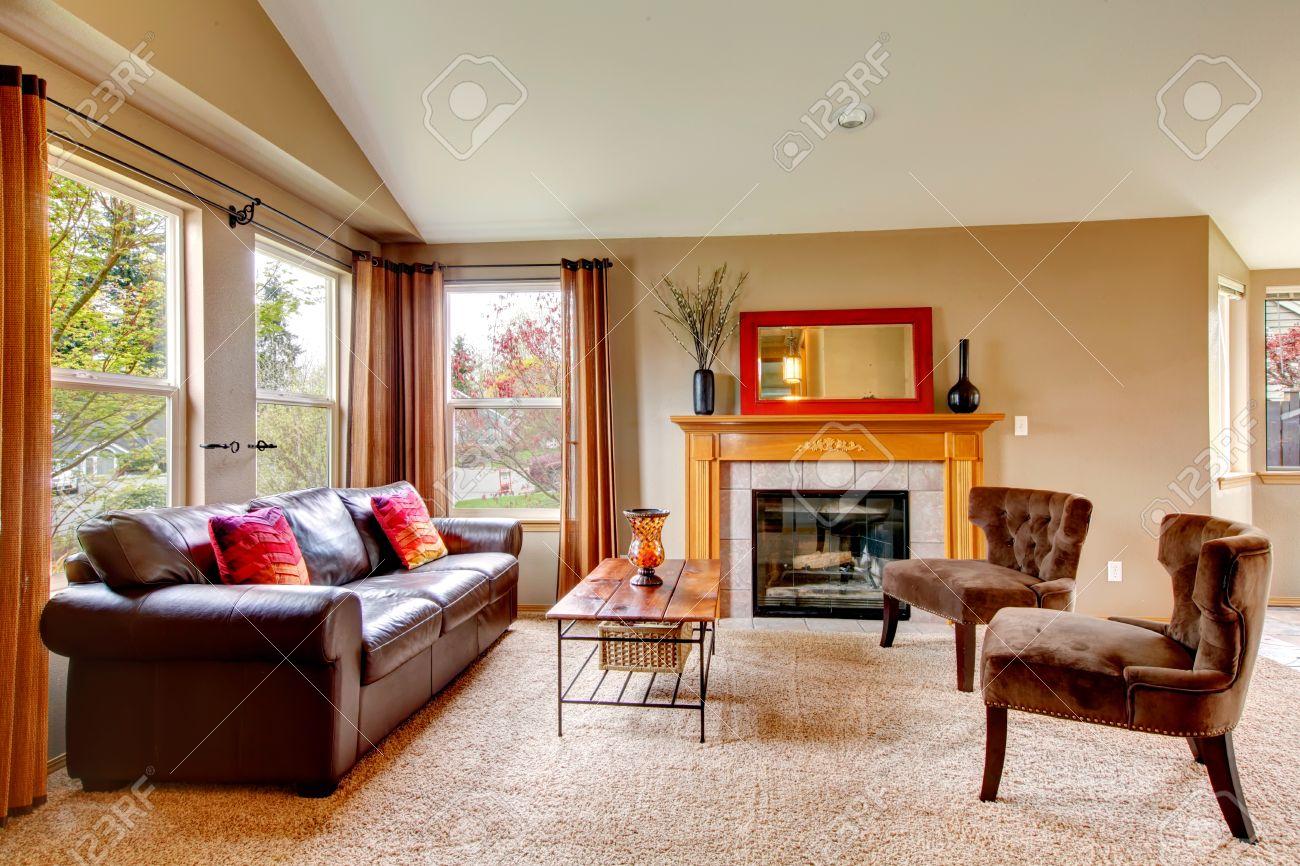 Gewölbte Decke Wohnzimmer Mit Weichem Teppichboden Und Gemütlichen ...