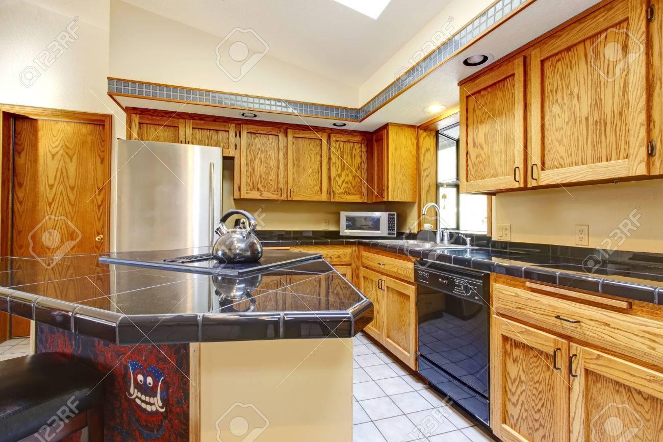 Gewölbte Decke Küche Mit Hellbraun Schränke, Schwarz Arbeitsplatten ...