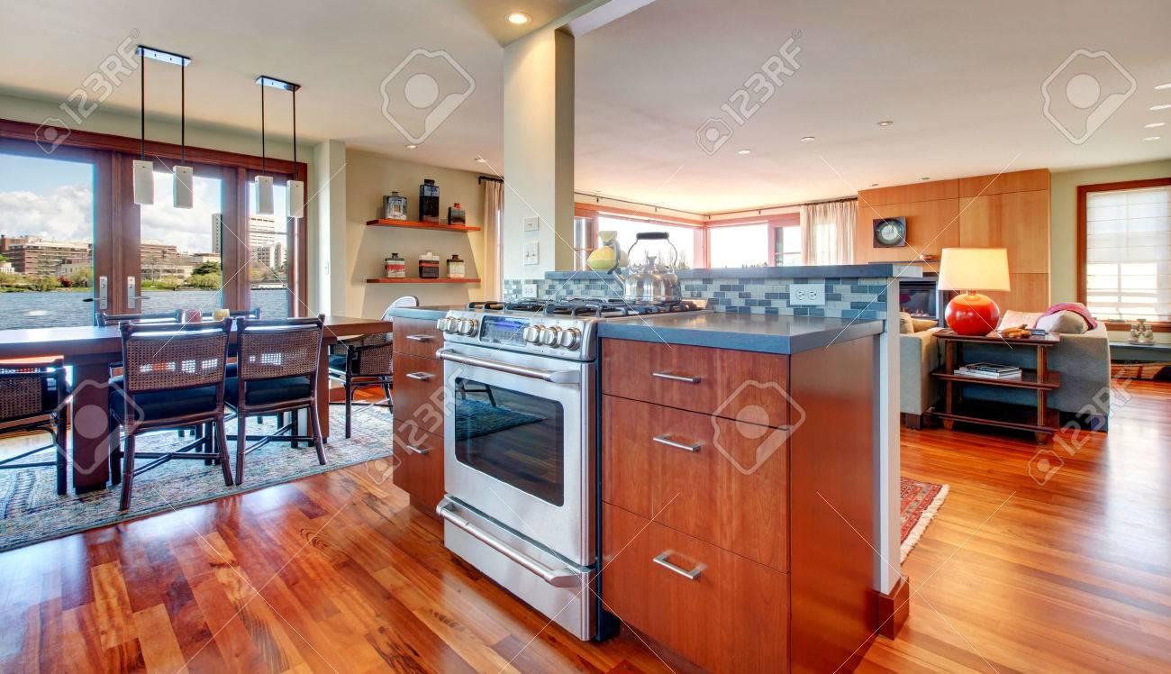 Parkett, Helle Küche Mit Essbereich Und Wohnzimmer. Lizenzfreie ...