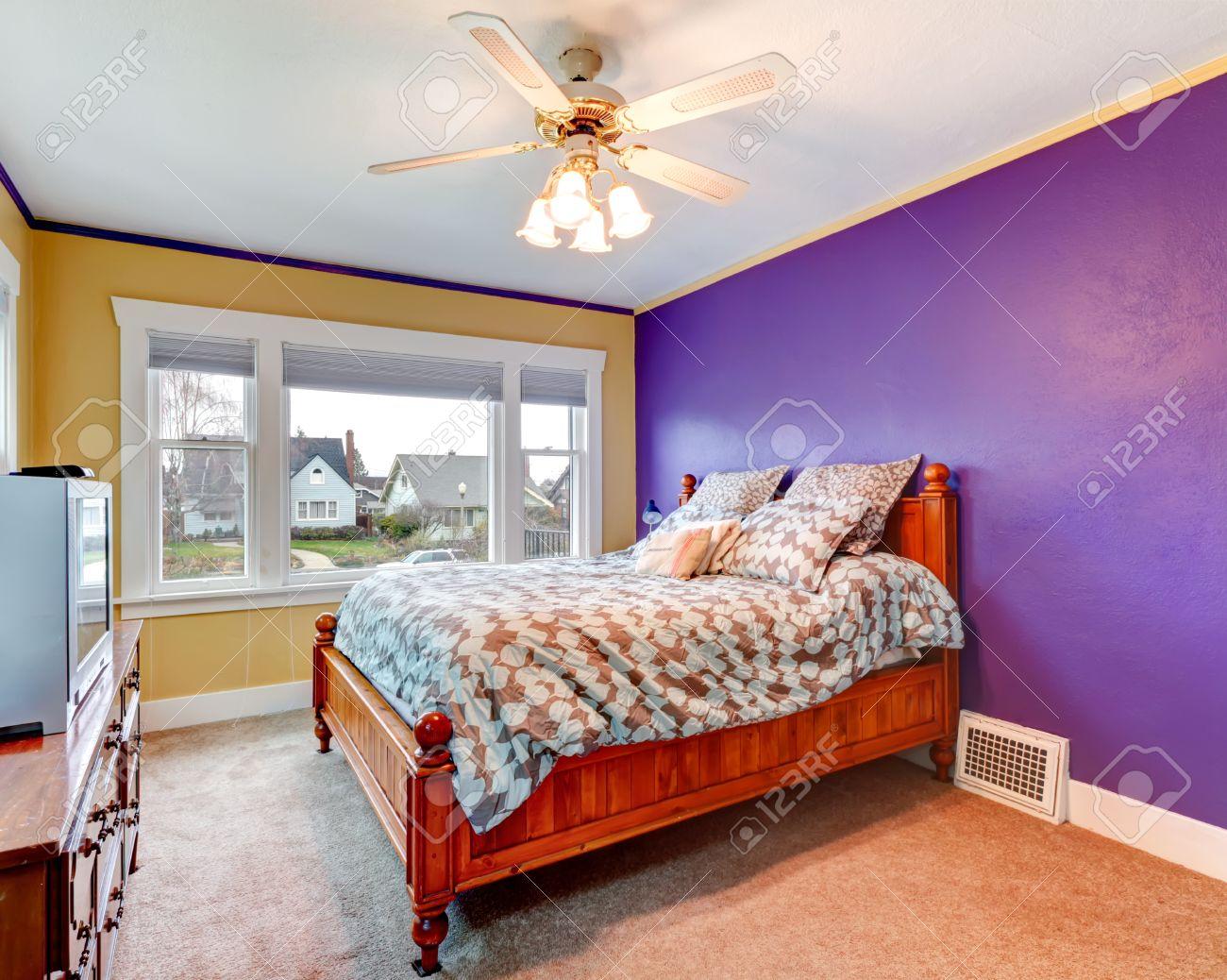 Lichte slaapkamer met paarse en gele muren, vloerbedekking ...