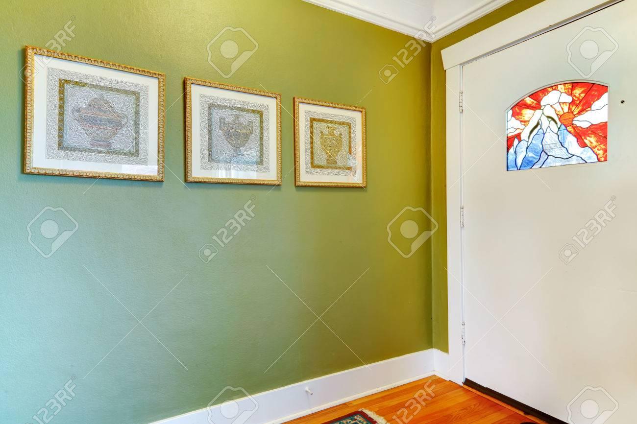 Grune Flur Wand Mit Wandbildern Dekoriert Lizenzfreie Fotos Bilder