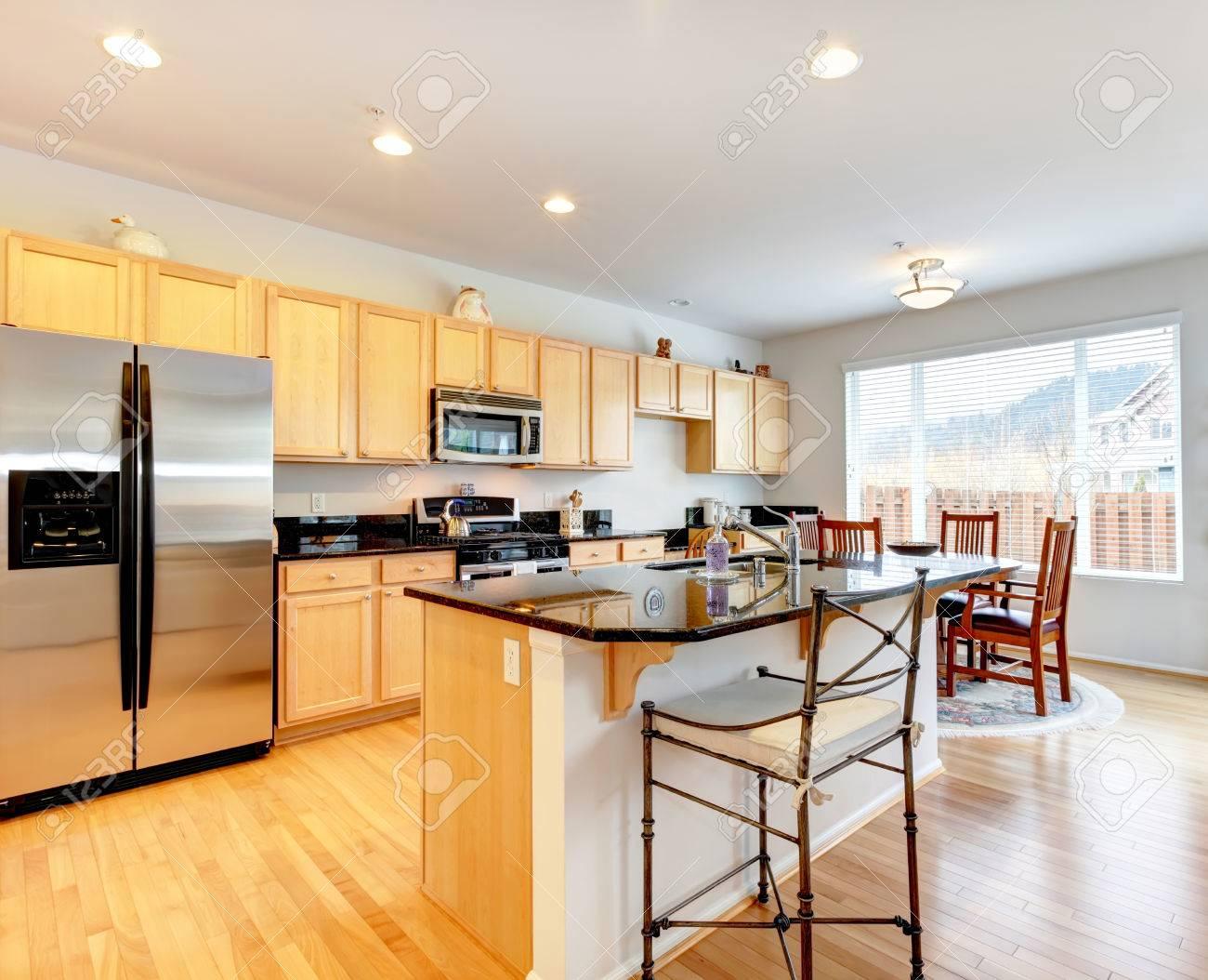 Große Küche Zimmer Mit Parkett. Helle Farbtöne Lagerschränke Mit ...