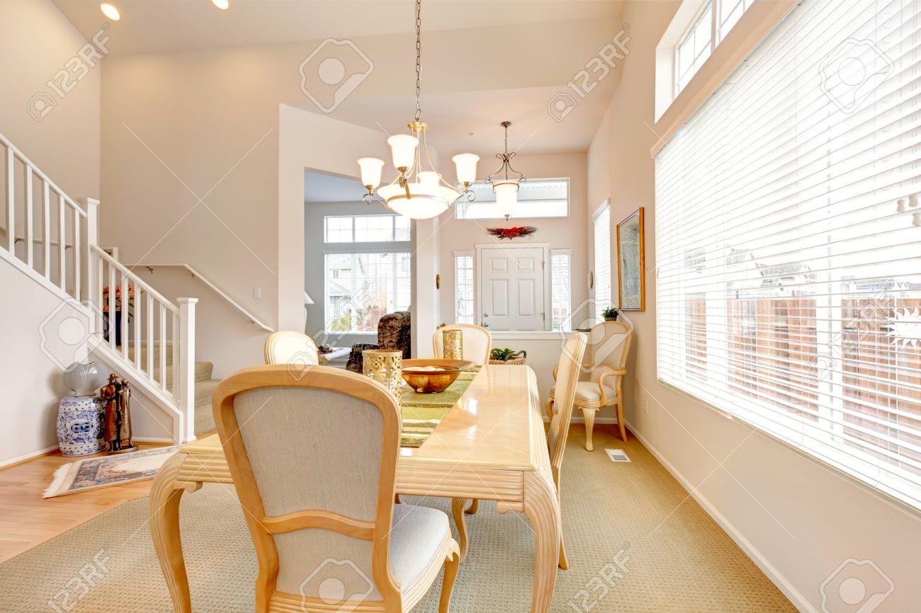 Hohe Decken Esszimmer Mit Hellen Holztisch Und Stühlen. Ansicht Der Treppe  Standard Bild