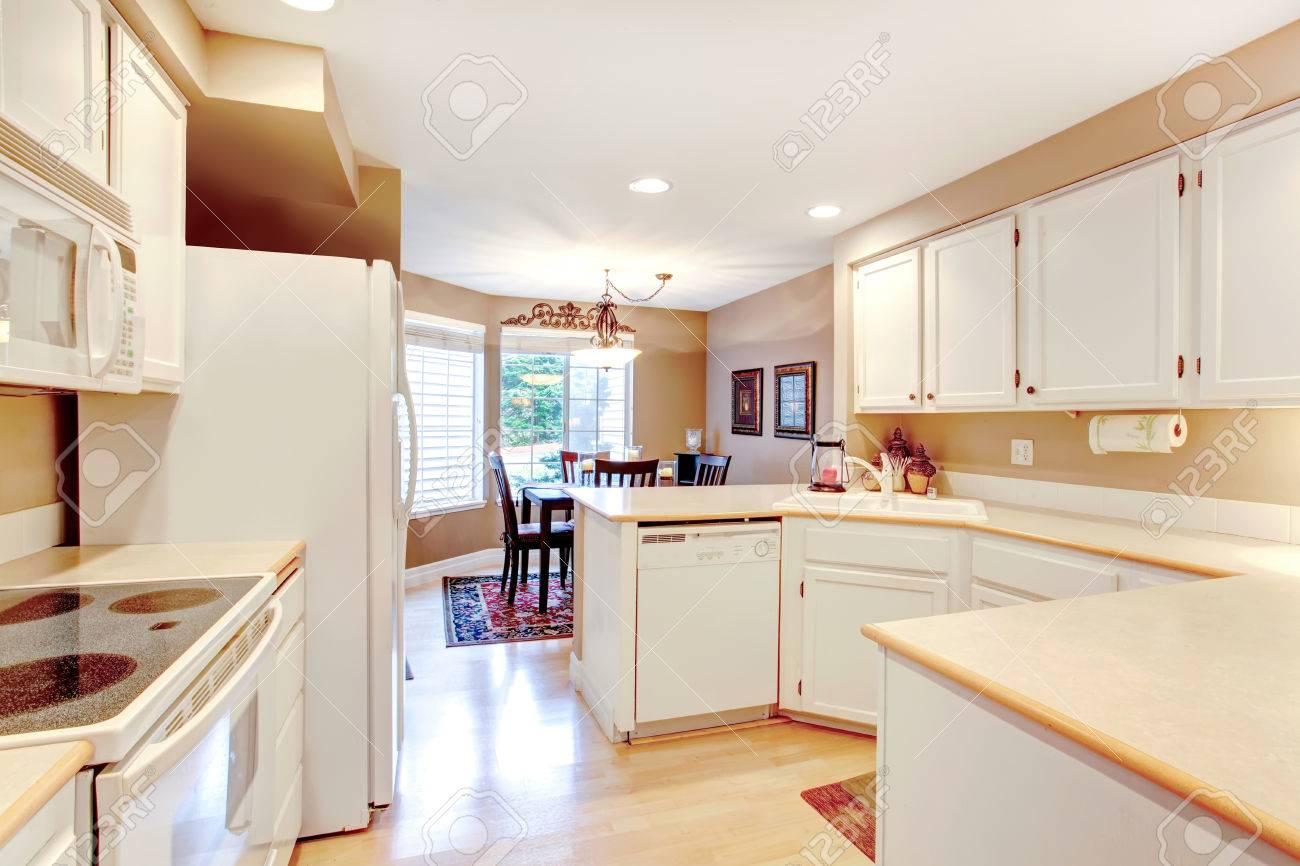 Weiße Schränke Küche Mit Holzboden. Offen Für Abgewinkelte ...