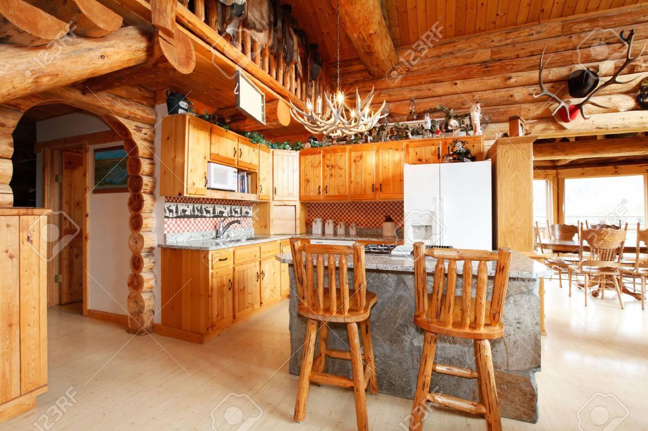 Helle Küche Zimmer Mit Felsigen Zähler Schrank, Rustikale Barhocker ...