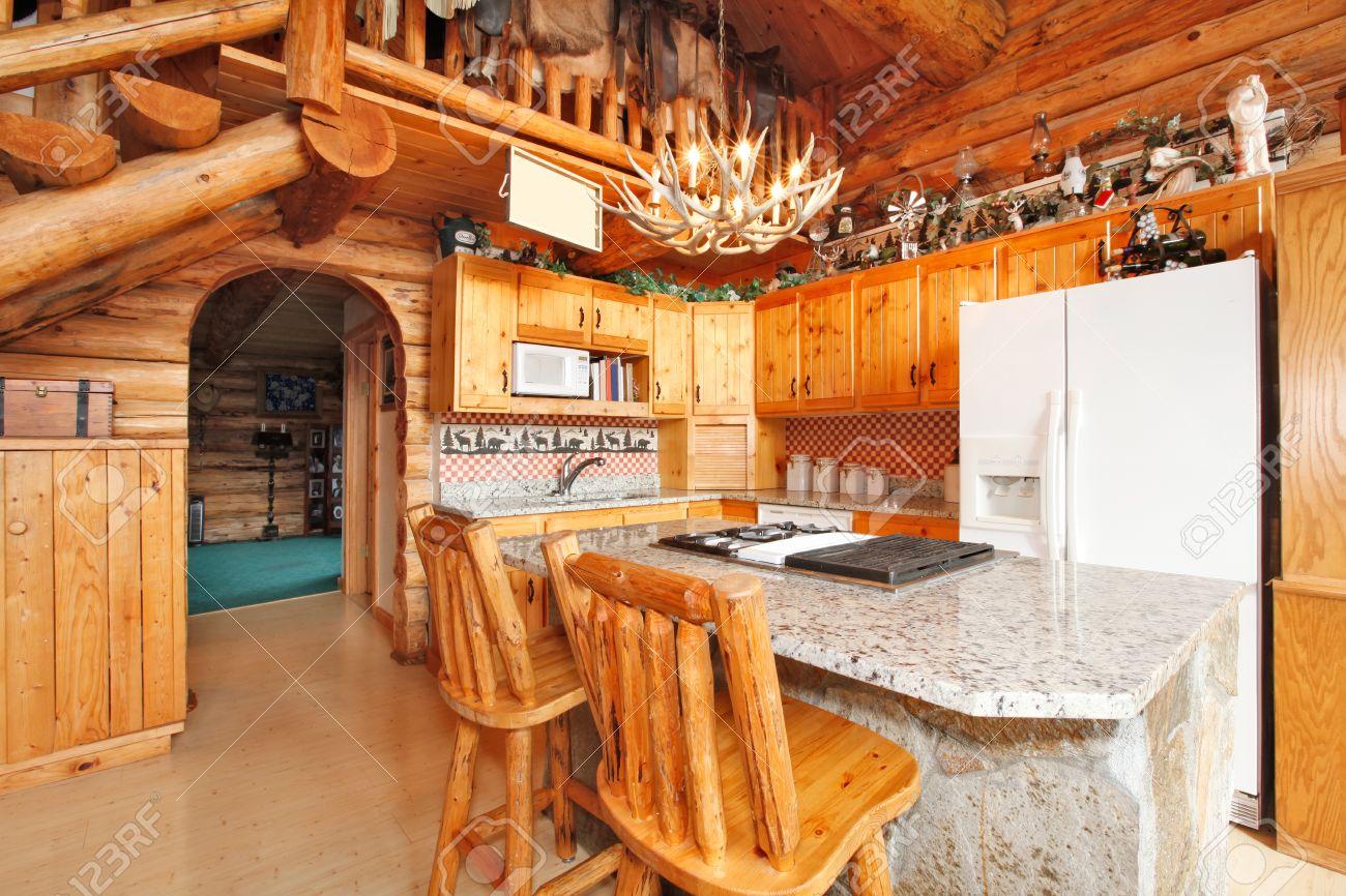 Helle Küche Zimmer Mit Felsigen Gegenschrank, Rustikal Zähler Stuhl ...