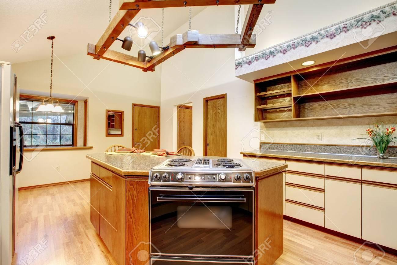 Helle Bauernhaus Küche Zimmer Mit Gewölbter Decke Und Parkett ...