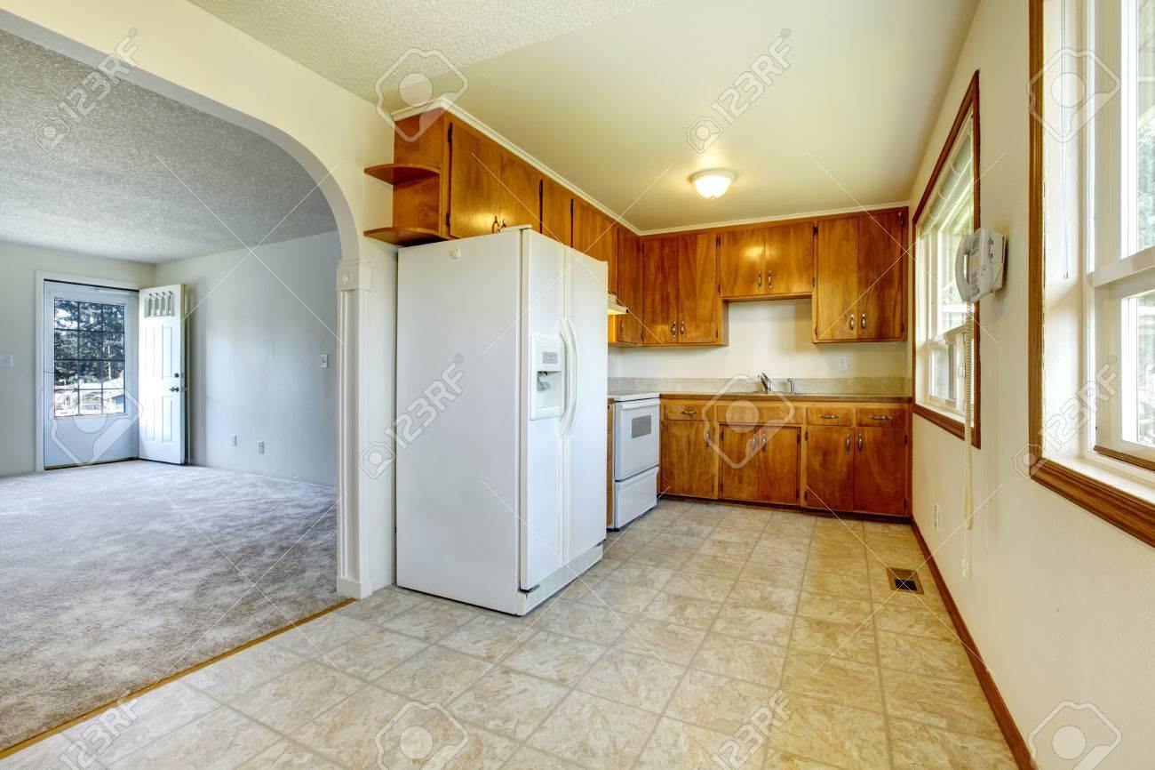 Mit Blick Auf Das Leere Wohnzimmer Aus Einer Kleinen Küche Mit ...