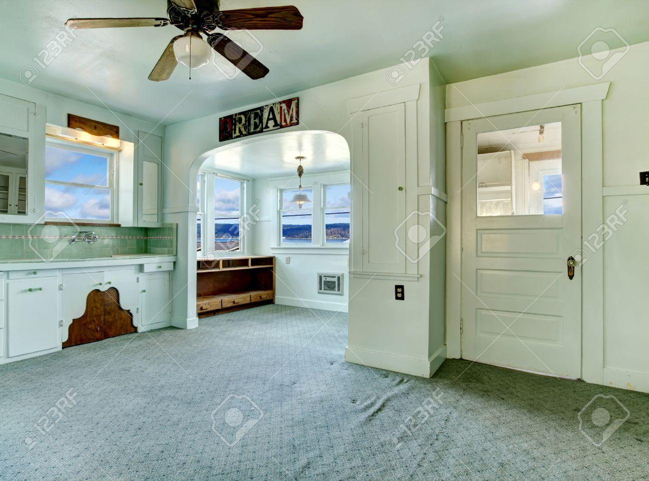 kleine zimmerrenovierung kuche blau design, leere küche zimmer mit teppichboden, hellblau schränke. Öffnen sie, Innenarchitektur