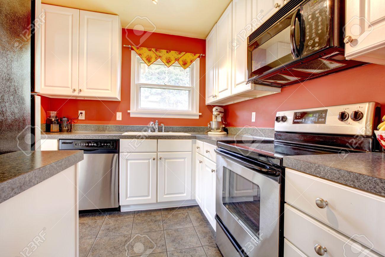 Kleine Küche Raum Mit Betonfliesenboden, Rote Wände, Edelstahl ...