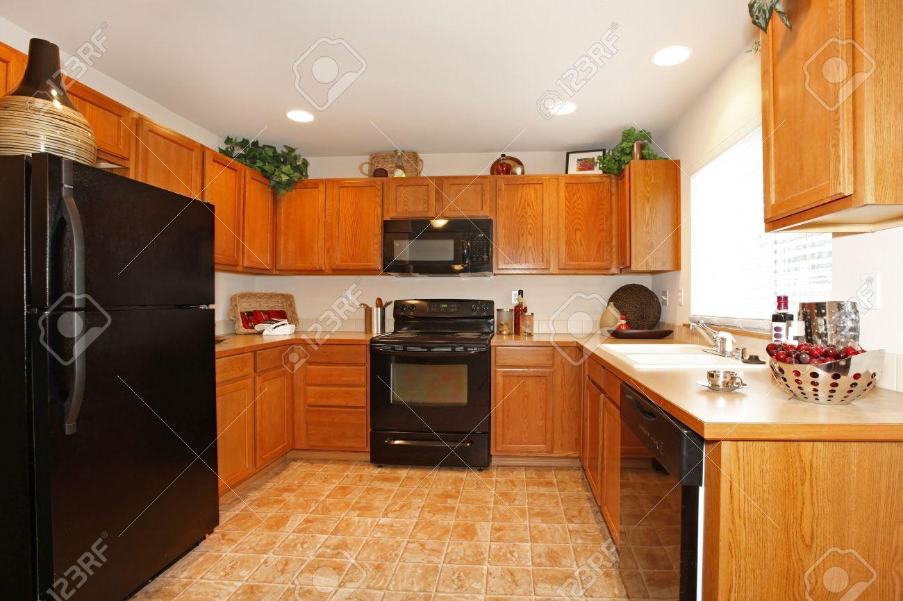 Helle Küche Zimmer Mit Fliesenboden. Mit Braunen Holzschränke Und ...
