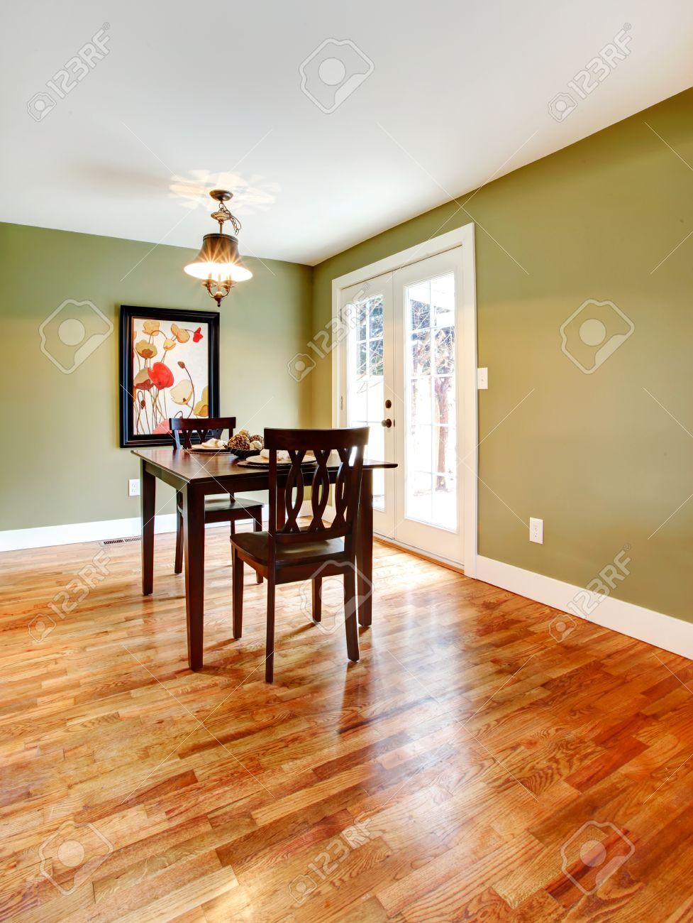 kleines esszimmer, kleines esszimmer mit parkettboden und oliven wänden. mit einem, Design ideen
