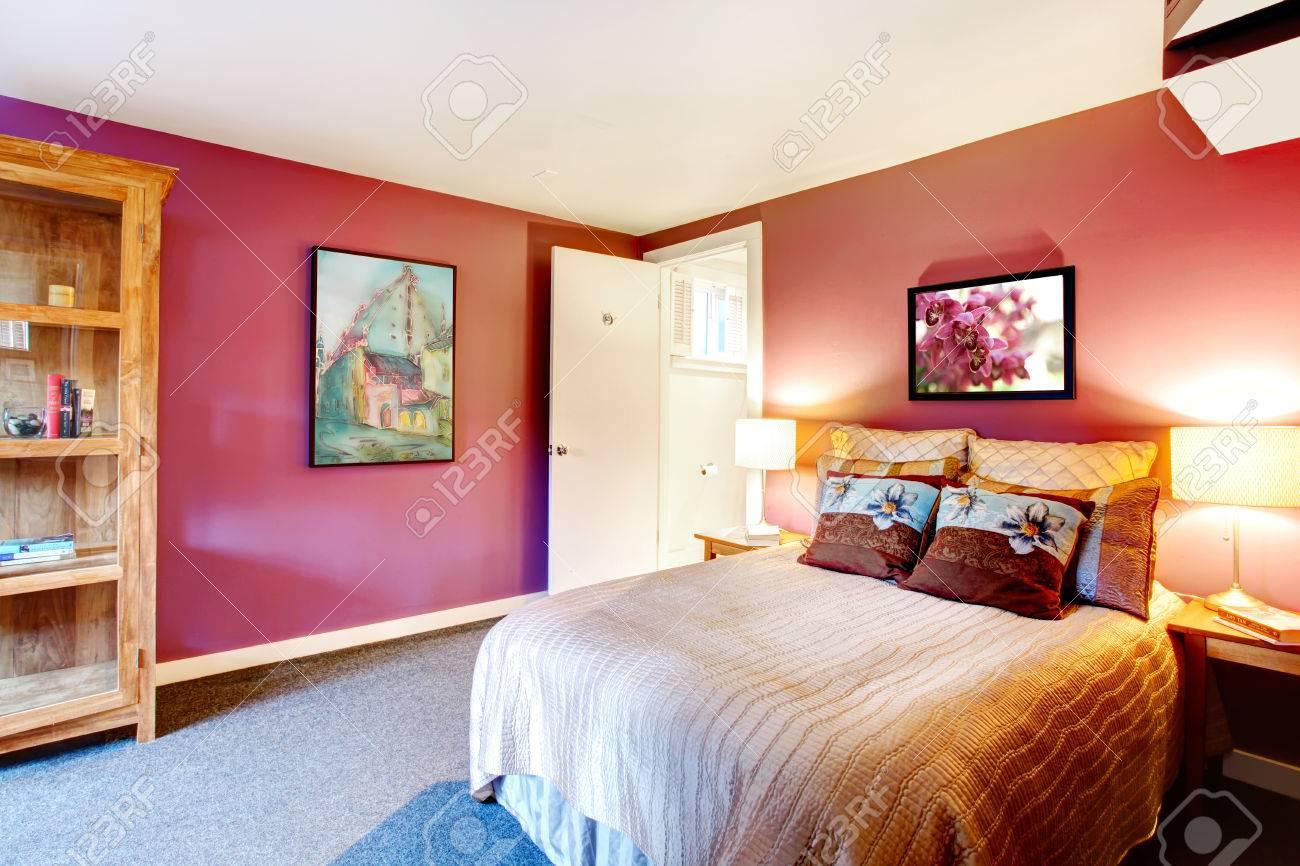 Slaapkamer met paarse muren en wit plafond. beige beddengoed met ...