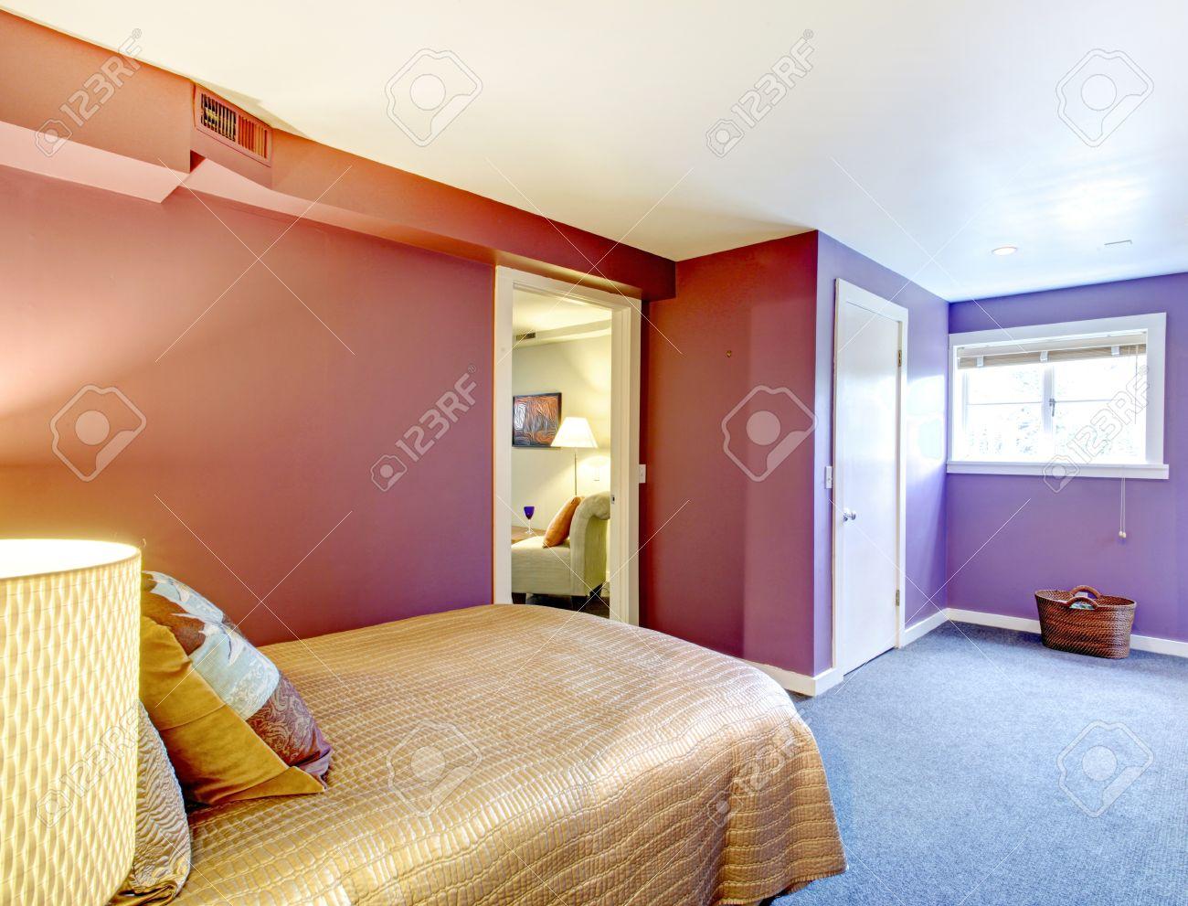 Schlafzimmer Mit Lila Wänden, Weißen Decke Und Blauen Teppichboden. Mit  Blick Auf Das Beige