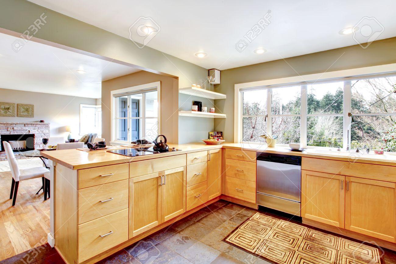 Küche Mit Betonboden Und Französisch-Fenster. Maple Schränke ...