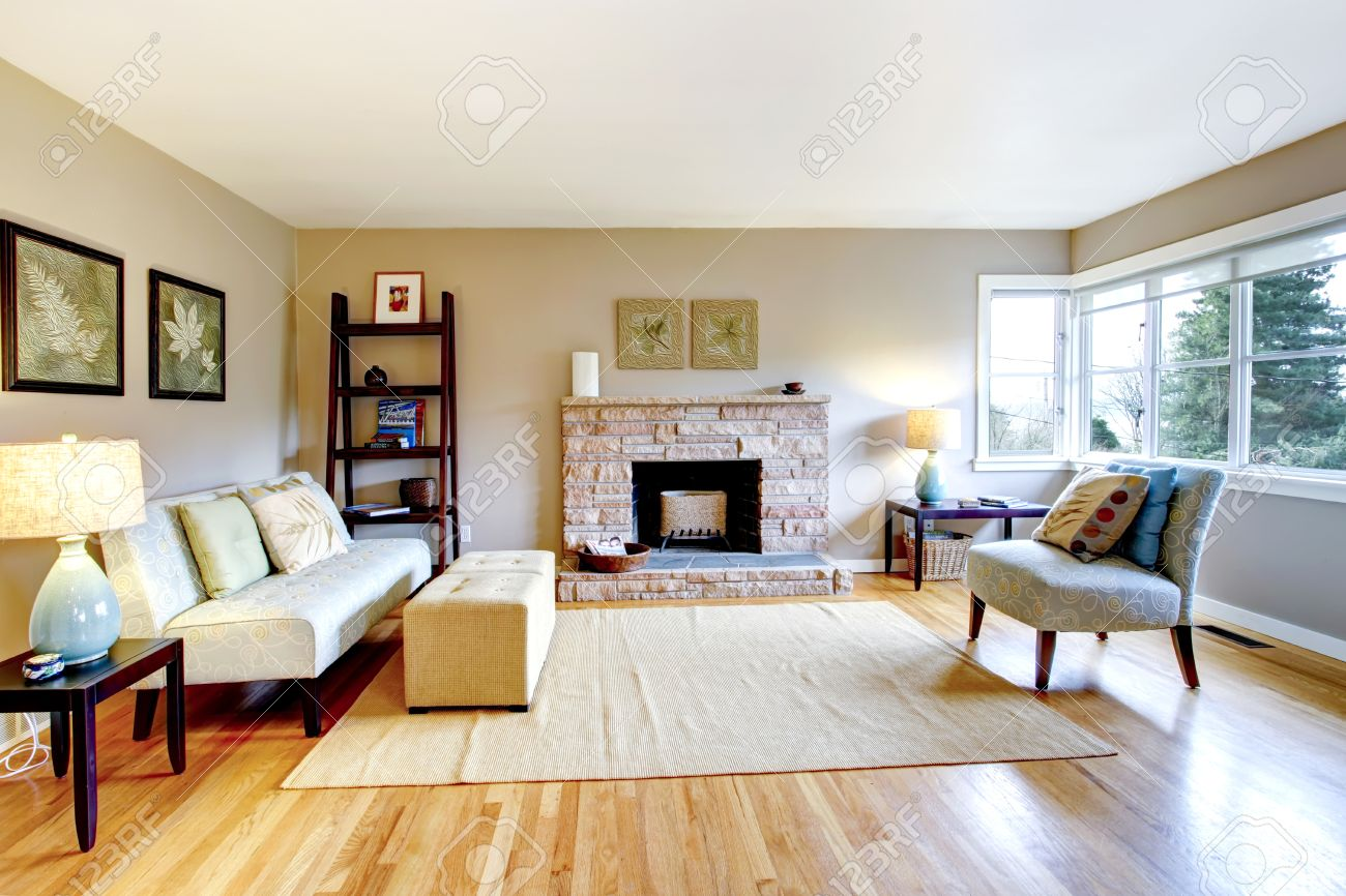Wohnzimmer holzboden: helles wohnzimmer mit kompakte offene kueche ...